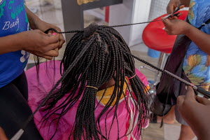 A lady gets braids