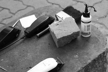 Hair clippers, informal hair pampering on the sidewalk of Johannesburg